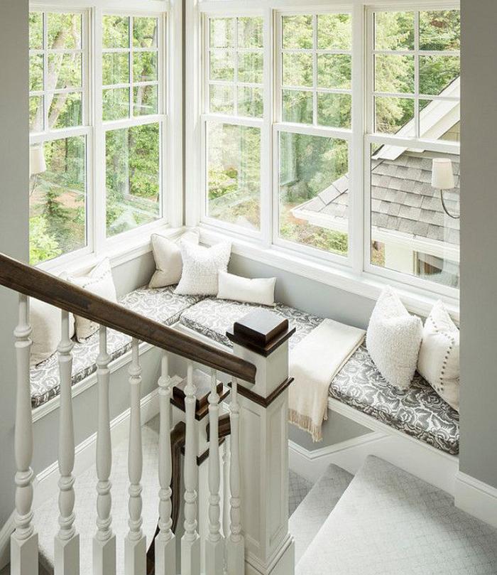 Asiento bajo ventana utilizando el espacio desaprovechado de una escalera.