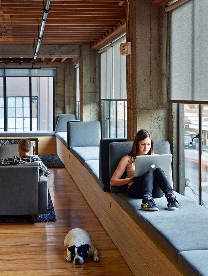 Asiento bajo ventana en oficinas. Diseño: Iwamotoscott Architecture. Fuente Contemporist. Foto: Bruce Damonte.